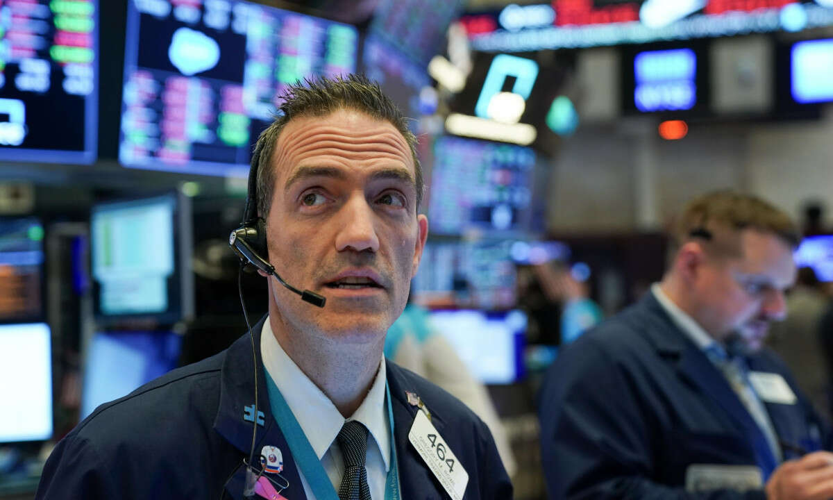 Wall Street Turns Lower After Fed Minutes Highlight Tough Recovery