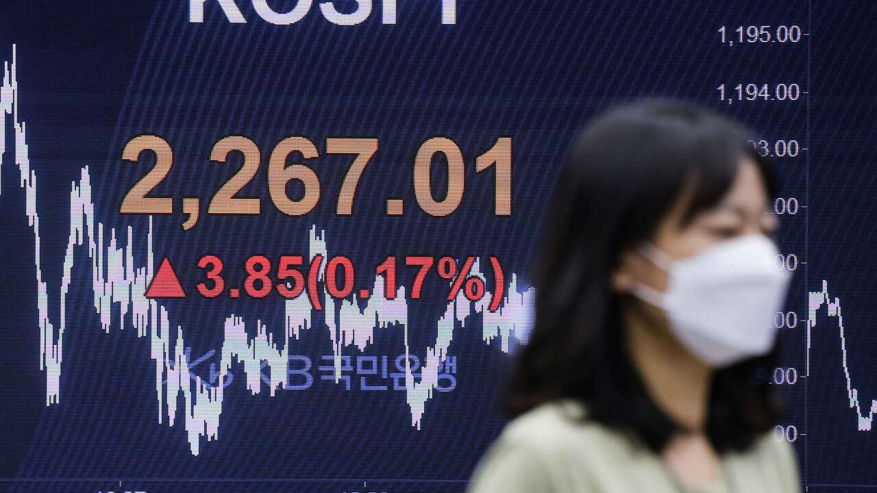 Asian Markets Edge Lower, South Korea Hikes Interest Rates